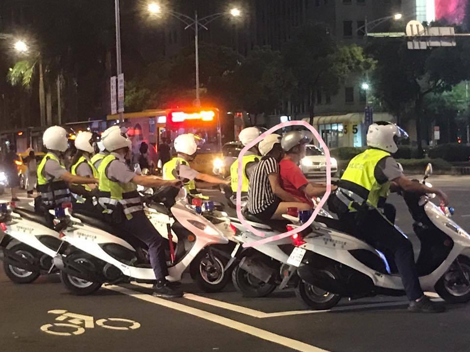 一名網友撞見機車騎士等紅燈,一旁被多台警用機車包圍的奇景,忍不住開玩笑表示「如果...