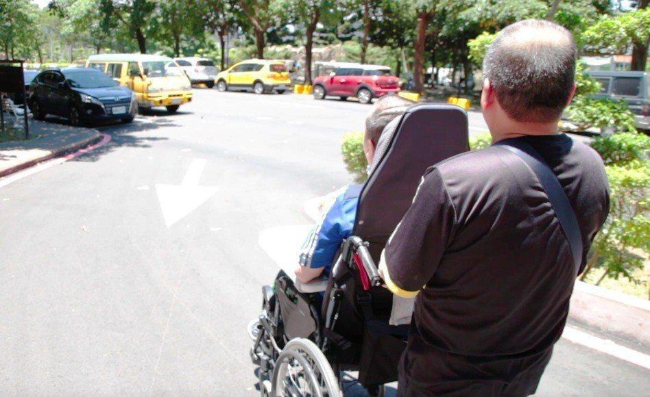 為了照顧中風癱瘓的兒子,71歲的徐木聰辭掉工作,全職擔任長期照顧者,長達17年來...