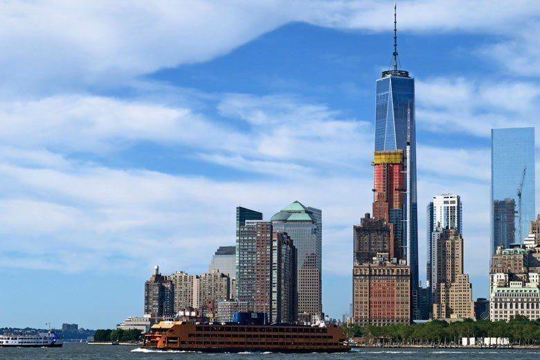 史泰登島渡輪行經紐約港附近時,可以看見後面繁華的曼哈頓商業區。 歐新社資料照片