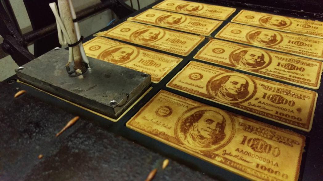 「嘉冠喜」手工烙印張張美味鬆脆又吸睛的「鈔票煎餅」。 業者/提供