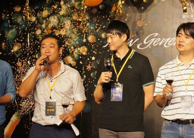 左一:台中市建築不動產商業公會的新世代委員會會長林宏明。 徐谷楨/攝影