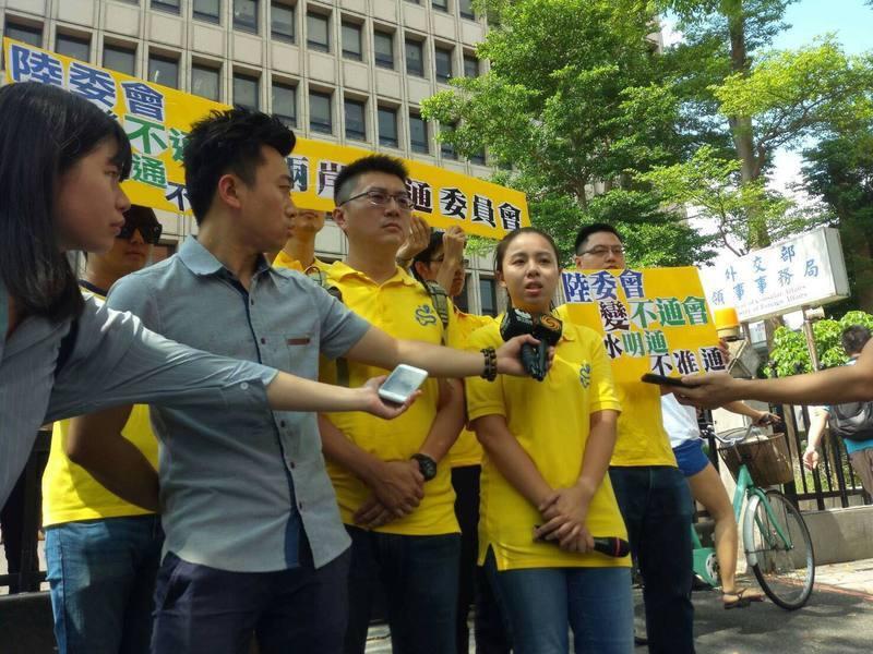 新黨以青年軍林明正為首,於6日前往陸委會抗議,表達不滿他們打壓通水儀式。(pho...