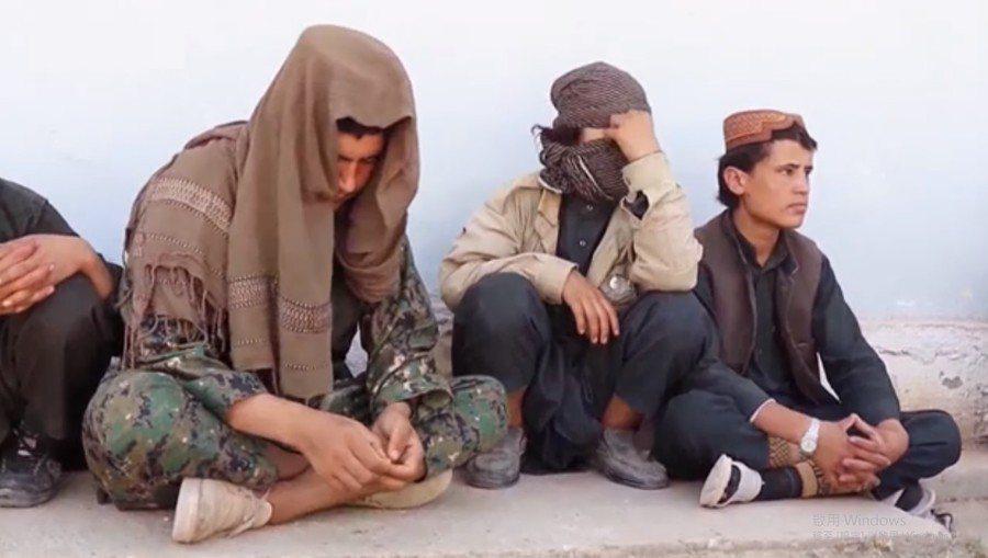 阿富汗政府為讓IS成員投降同意無罪赦免,引發當地居民反彈。圖為投降的IS成員。 ...