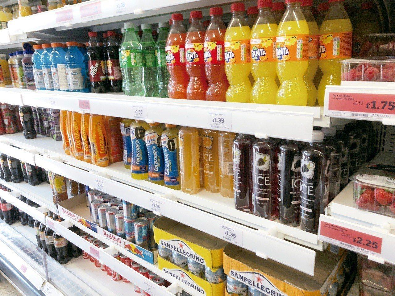 英國今年4月6日起針對含糖飲料徵收「糖稅」,希望藉此打擊肥胖問題。