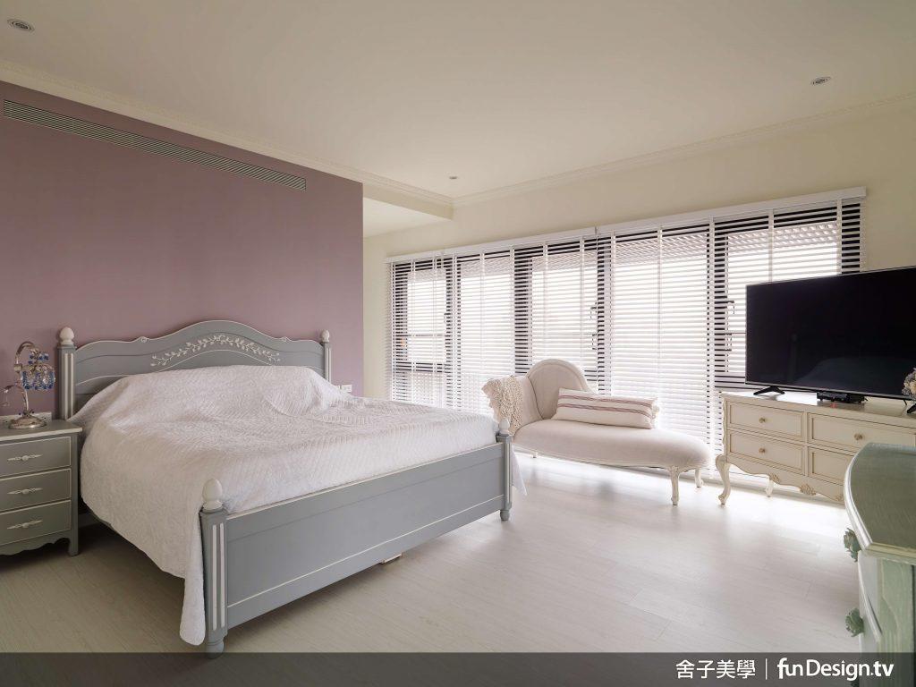 主臥室設置了兩道房門,可依照主人需求通往不同的空間。圖/ 舍子美學 提供。