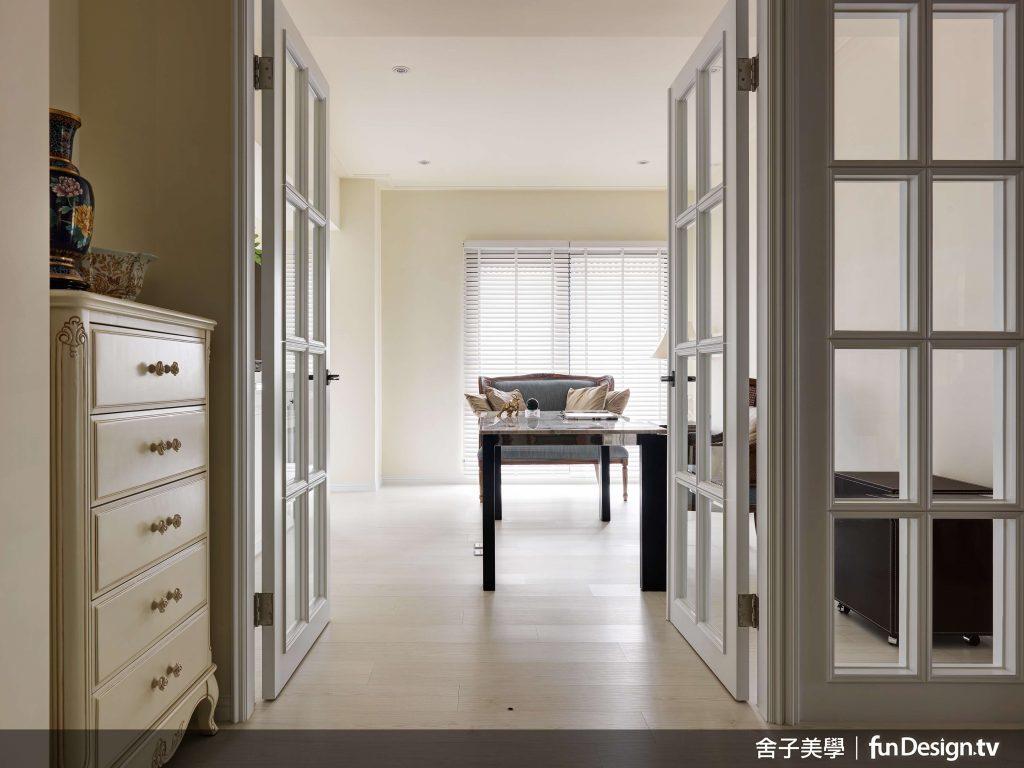 次臥室的書房選用了透光的木框玻璃門,來達到隔間跟採光的目的。圖/ 舍子美學 提供...