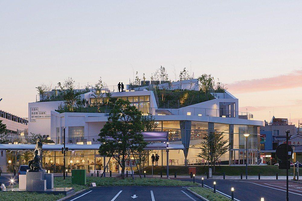 去年落成的「群馬縣太田市美術館‧圖書館」,外觀像是用多個方盒狀量體組合而成,人們...