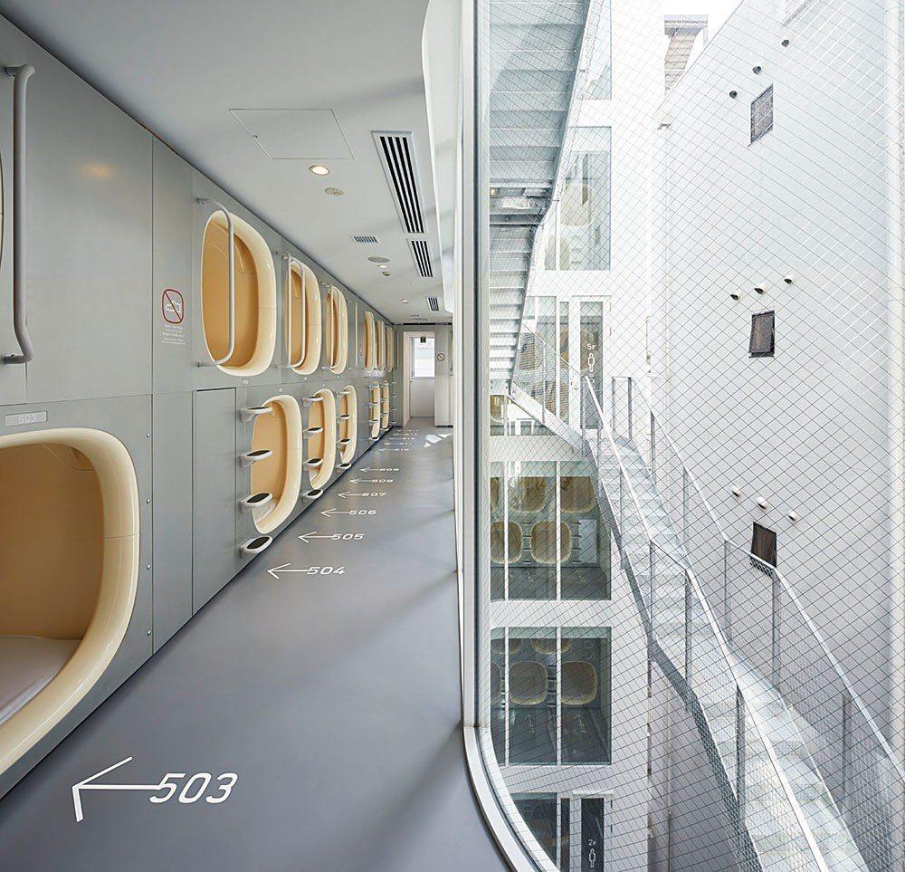 平田晃久運用白色作為竹橋nine hours膠囊旅館的主色調,讓這座狹窄的建築在...