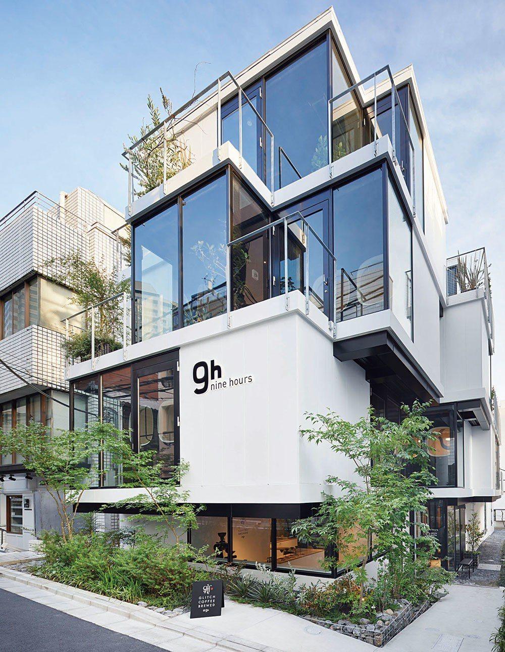 位於東京赤坂地區的nine hours膠囊旅館設計,利用玻璃材質打造部分建築立面...