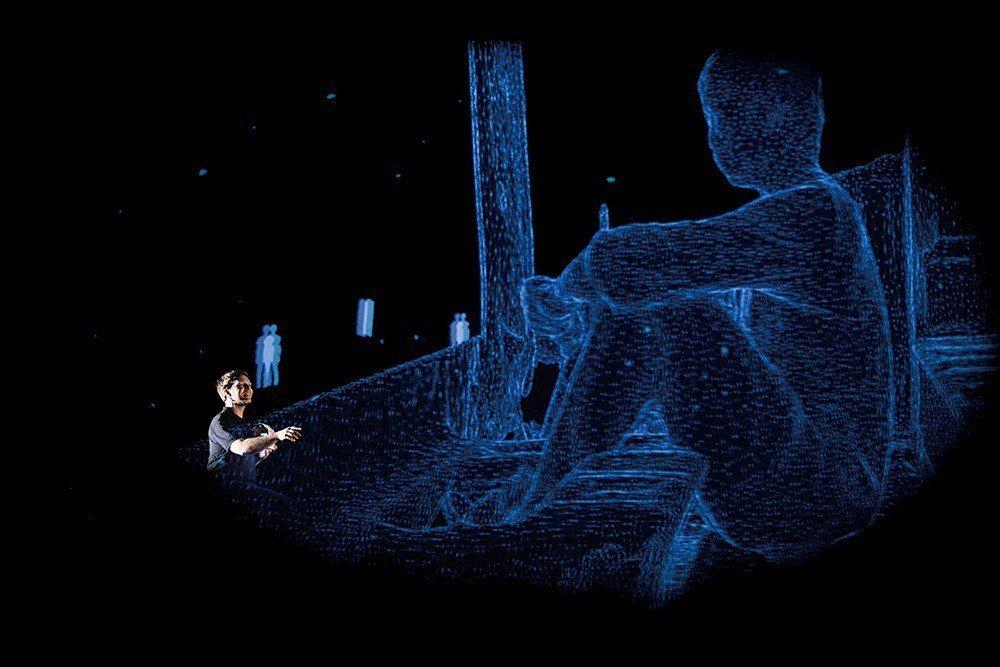 2016年台北階段性發表劇照。影像中晶亮的人影,完美表現出4D Box浮空投影的...