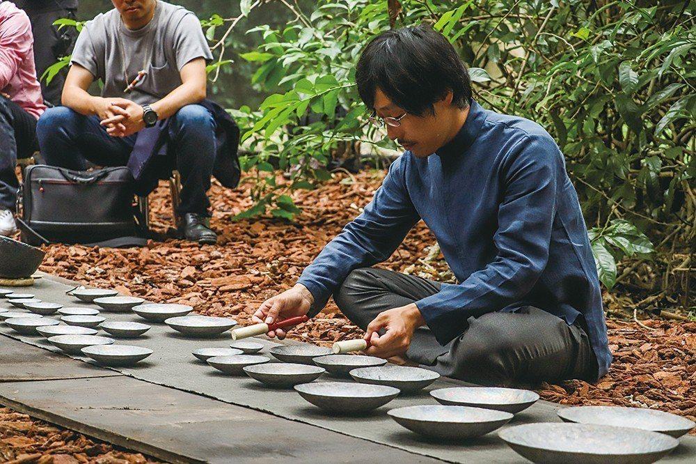旅居峇里島、現居荷蘭的藝術家荒井康人Yasu在南瓜棚下彈奏三昧琴。