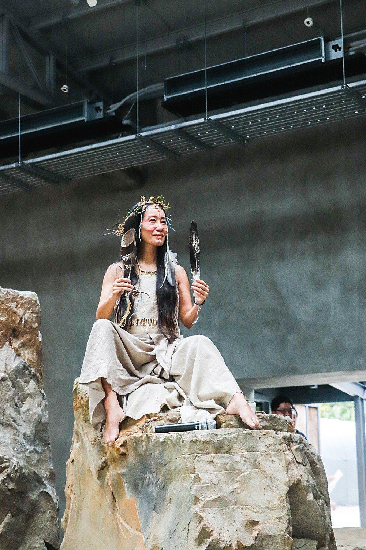 Tina老師於巨石群中吟唱鄒族民謠,優美的音符繚繞不已。