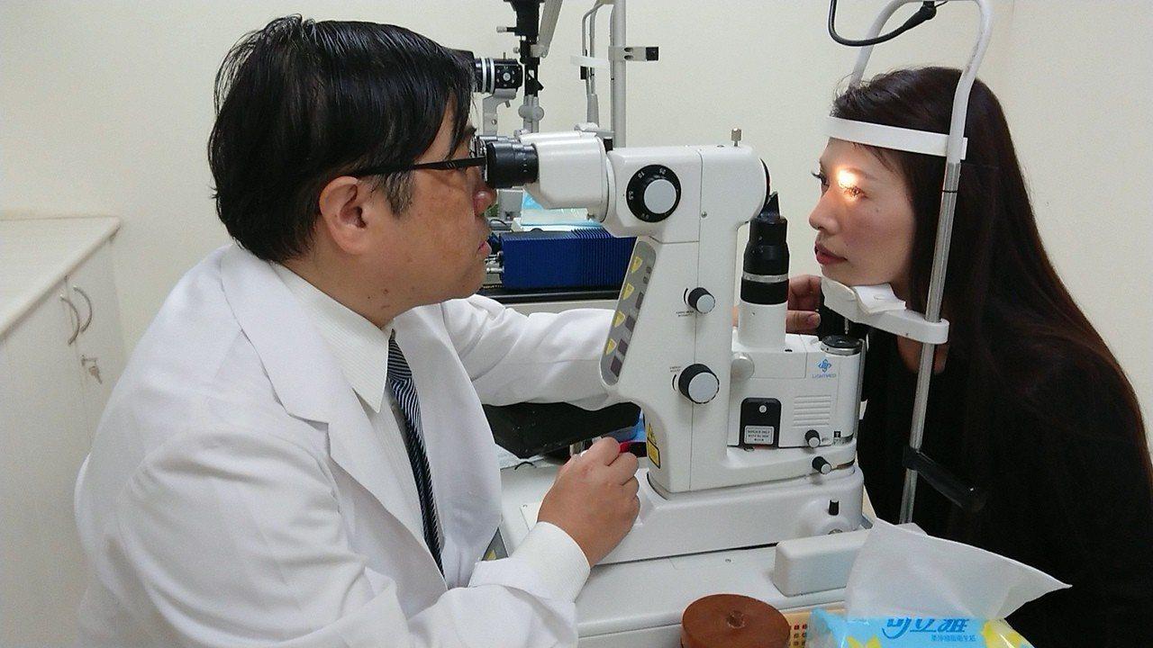 氣候連日炎熱高溫,眼科醫師洪啟庭說,最近連續有4名配戴角膜變色片的女生因鏡片拔不...