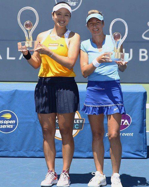 詹詠然(左)和佩謝克在聖荷西女網賽捧冠。 圖/劉雪貞提供