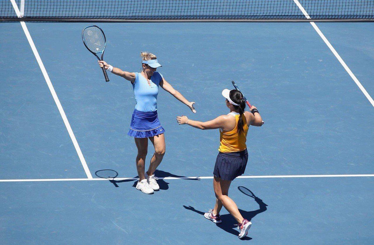 詹詠然(右)和佩謝克在聖荷西女網賽捧冠。 圖/劉雪貞提供