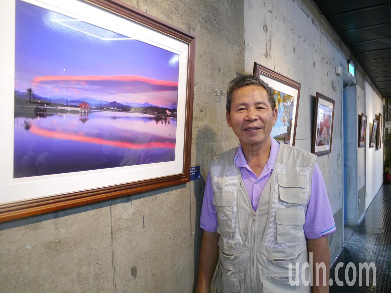 退休老師鍾北鳳喜歡用相機記錄風景與人文,身旁照片是高市美濃湖的夕陽景色。記者徐白...