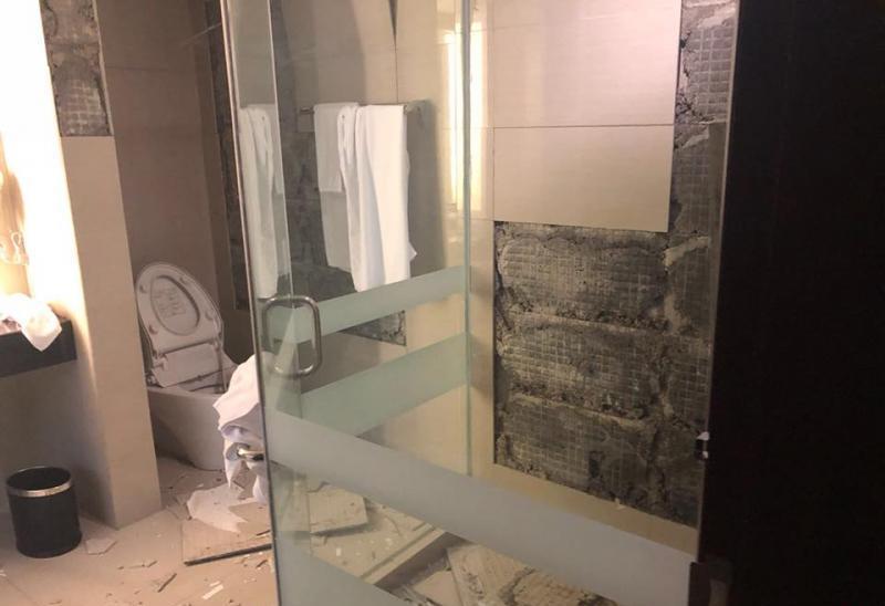 新加坡內政部長尚穆根貼出他下榻飯店房間內受損的情形。取自尚穆根臉書