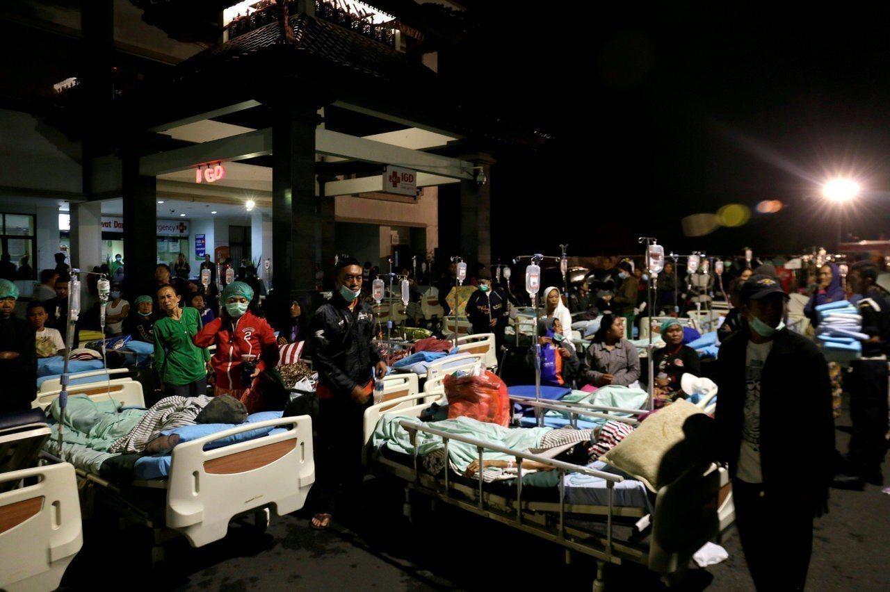 院區病患被轉移至戶外區域以預防後續餘震襲擊。路透