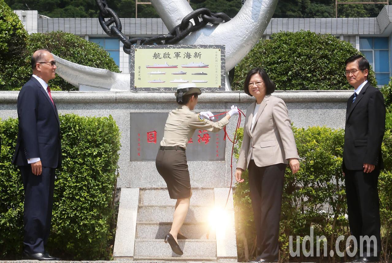 蔡英文總統(右二)上午在國安會秘書長李大維(左一)、國防部長嚴德發(右一)陪同下...