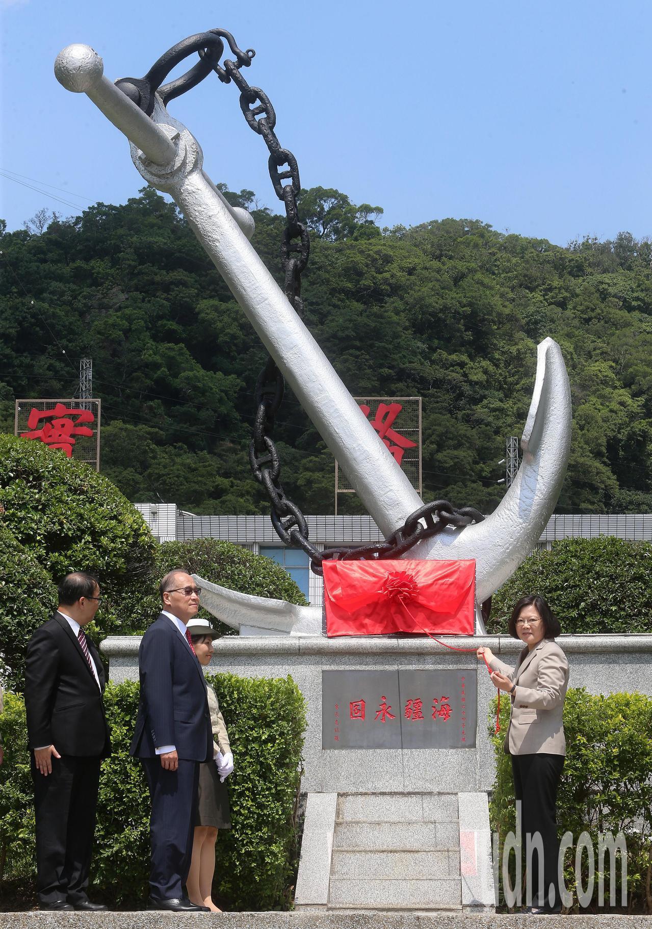 蔡英文總統(右)上午在國安會秘書長李大維(左二)、國防部長嚴德發陪同下,為「新海...
