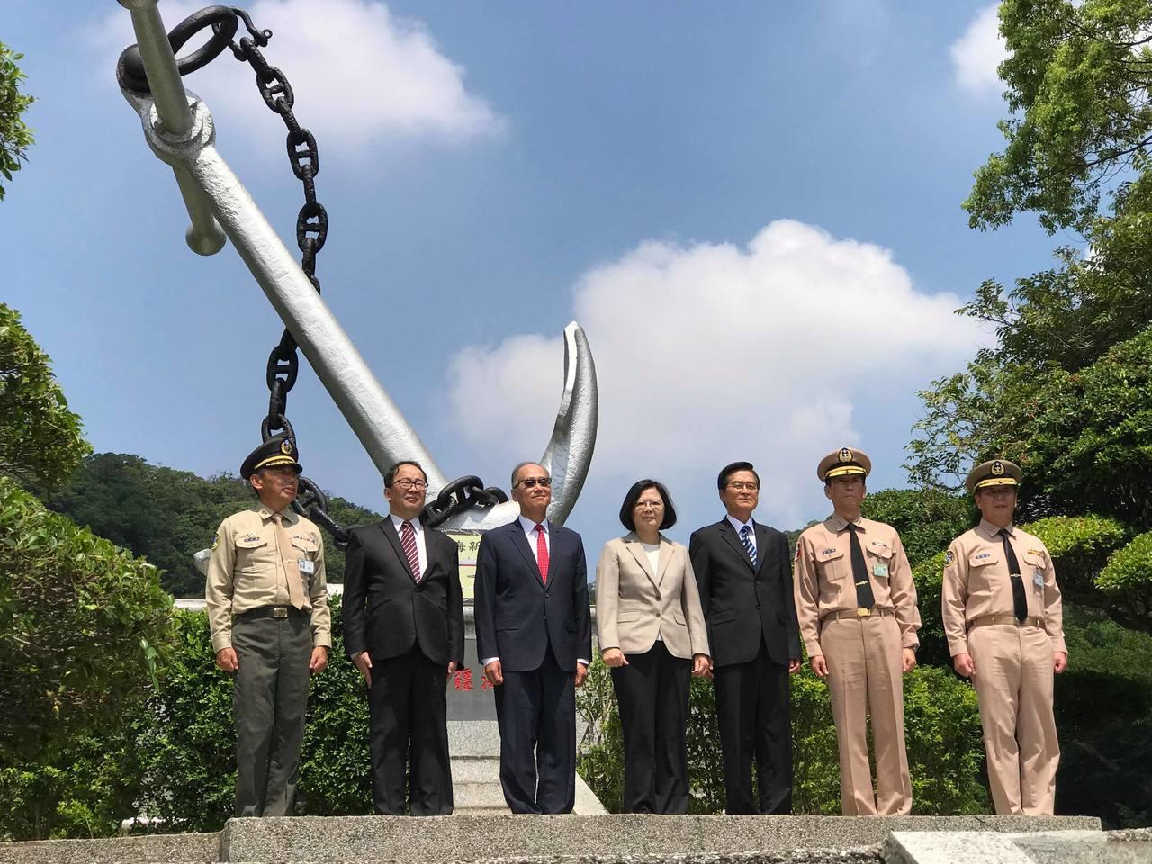 總統蔡英文(中)至海軍司令部進行「新海軍啟航」紀念碑揭牌典禮。記者林麒瑋/攝影