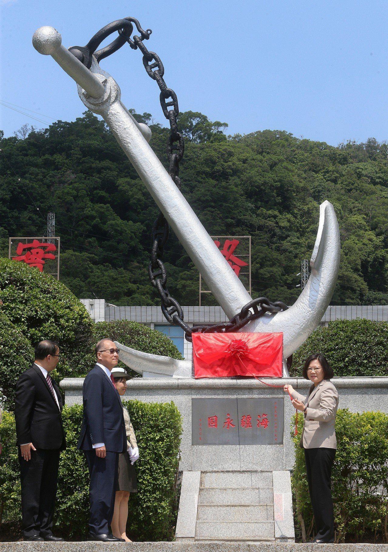 總統蔡英文在國安會秘書長李大維、國防部長嚴德發陪同下,為「新海軍啟航」揭牌。記者...