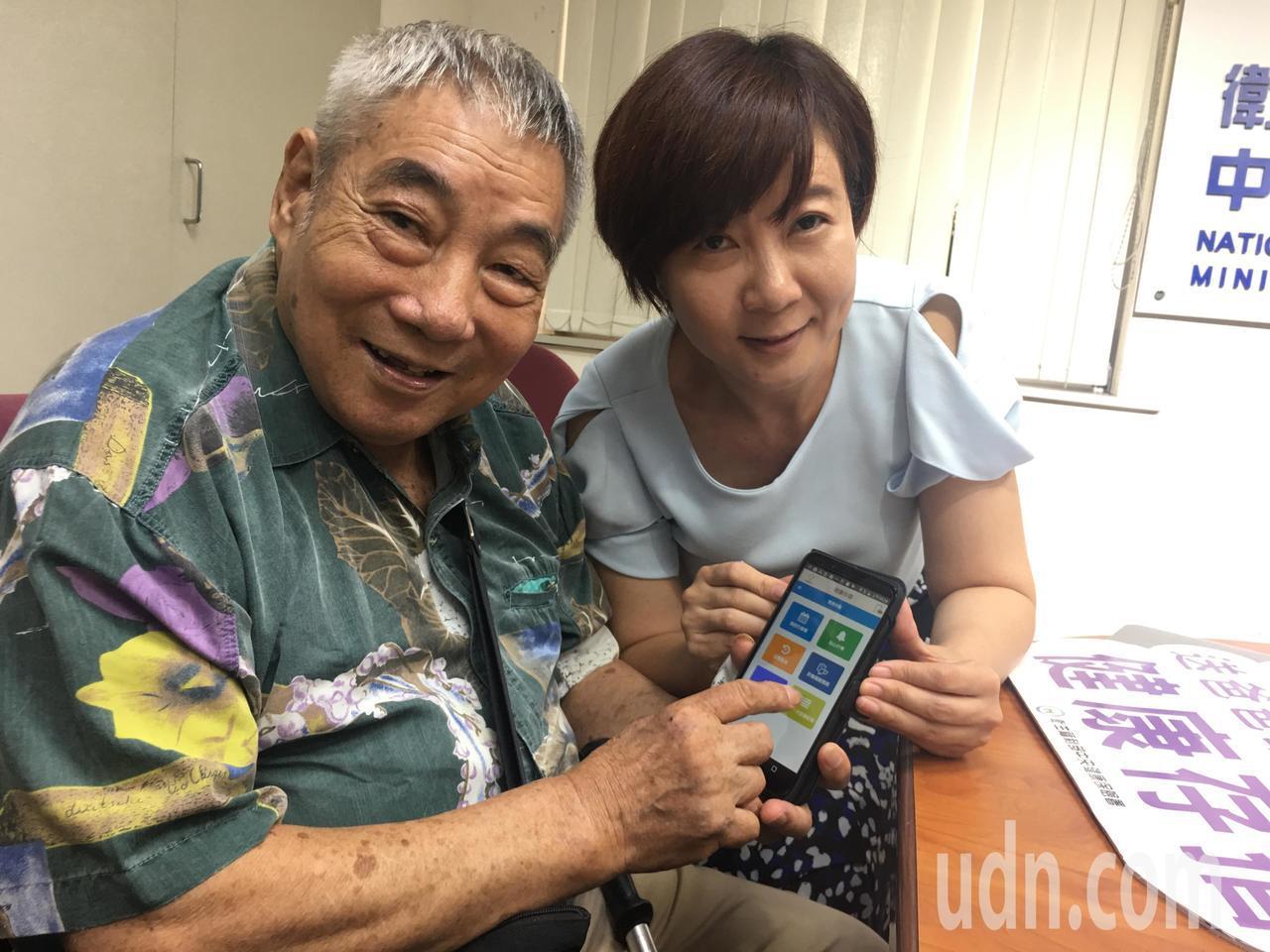 資深媒體人洪素卿(右)和洪爸爸(左)分享健康存摺的使用經驗。 記者鄧桂芬/攝影