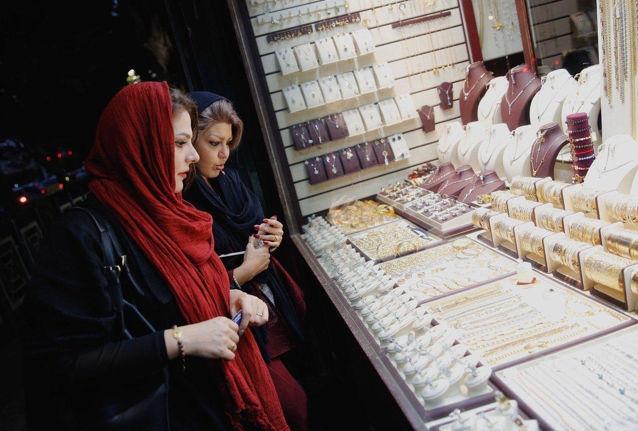 美國即將重啟制裁,伊朗民眾搶購黃金因應。歐新社