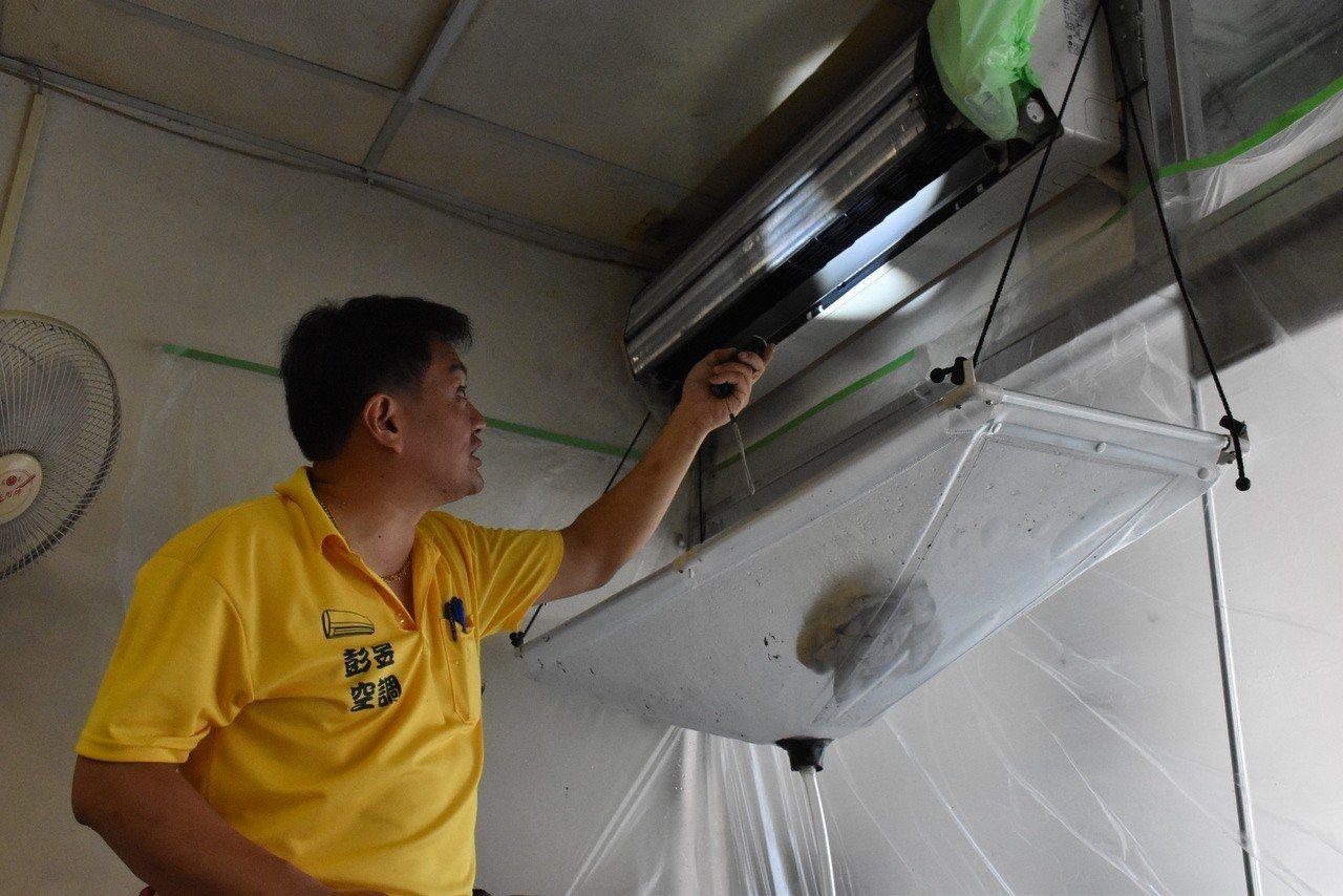 彭錦盟細心龜毛的個性表現在清洗、保養冷氣上很受客戶歡迎。記者鄭國樑/攝影