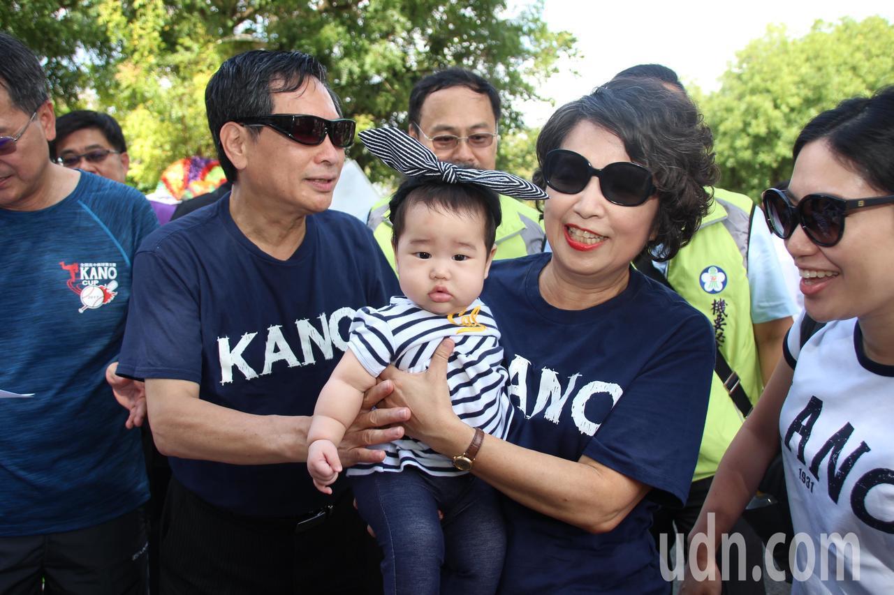 涂醒哲、鄭玉娟夫婦育有一兒一女,已經升格當上祖父母。圖/嘉義市政府提供