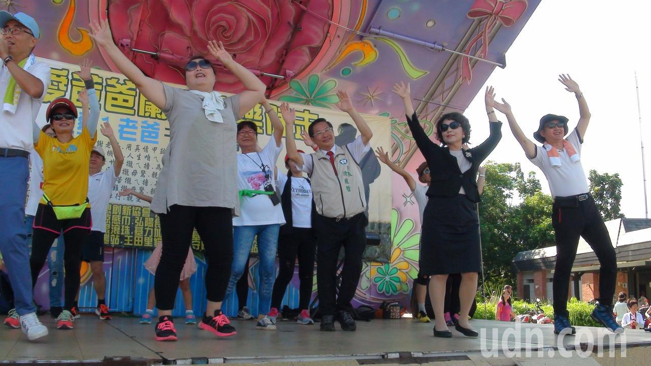 昨天一早7點多,嘉義市長涂醒哲妻子鄭玉娟陪涂到蘭潭參加路跑活動,在舞台上陪民眾跳...