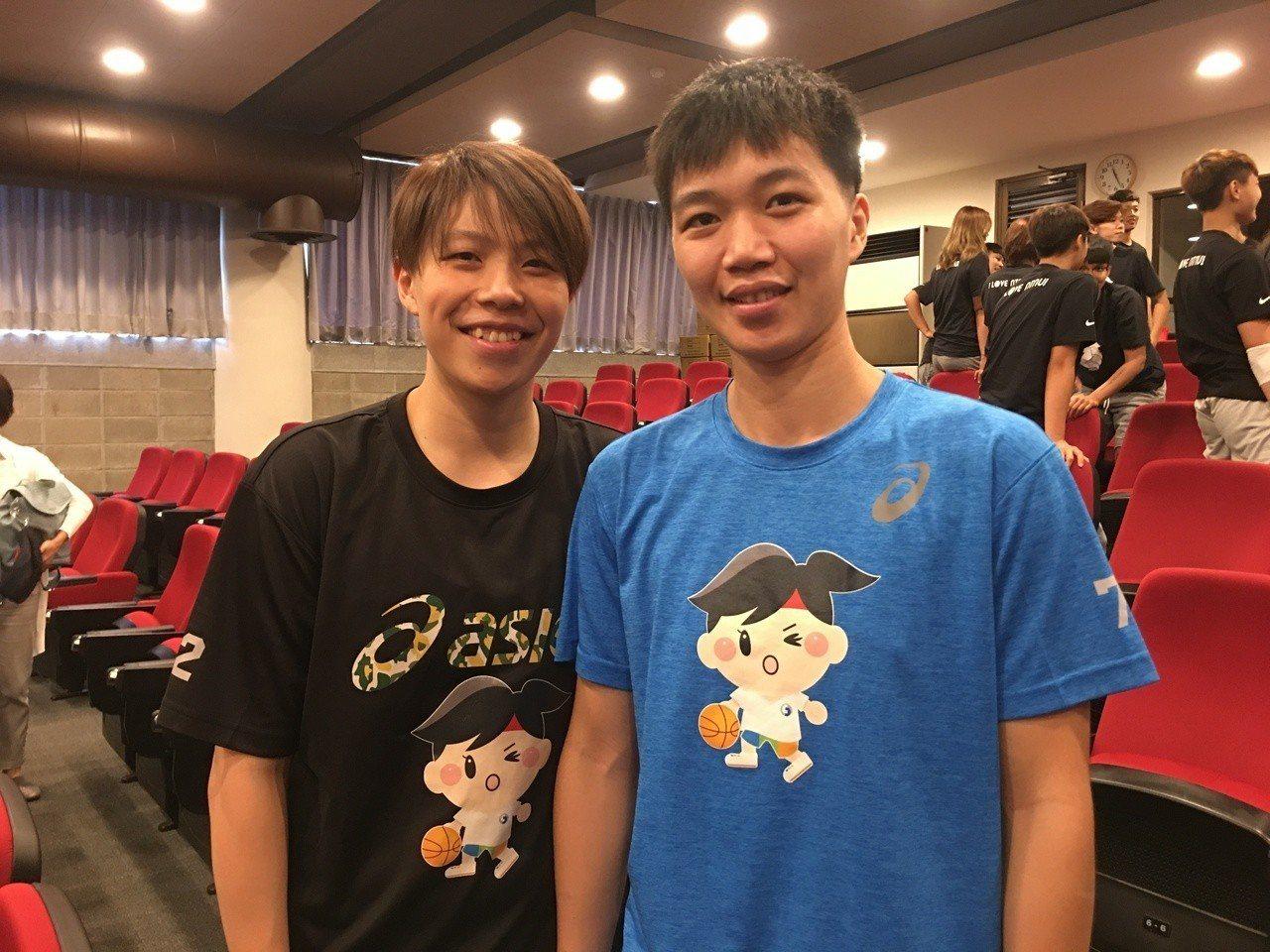 文祺(左)和徐千惠重返電信女籃。 記者曾思儒/攝影