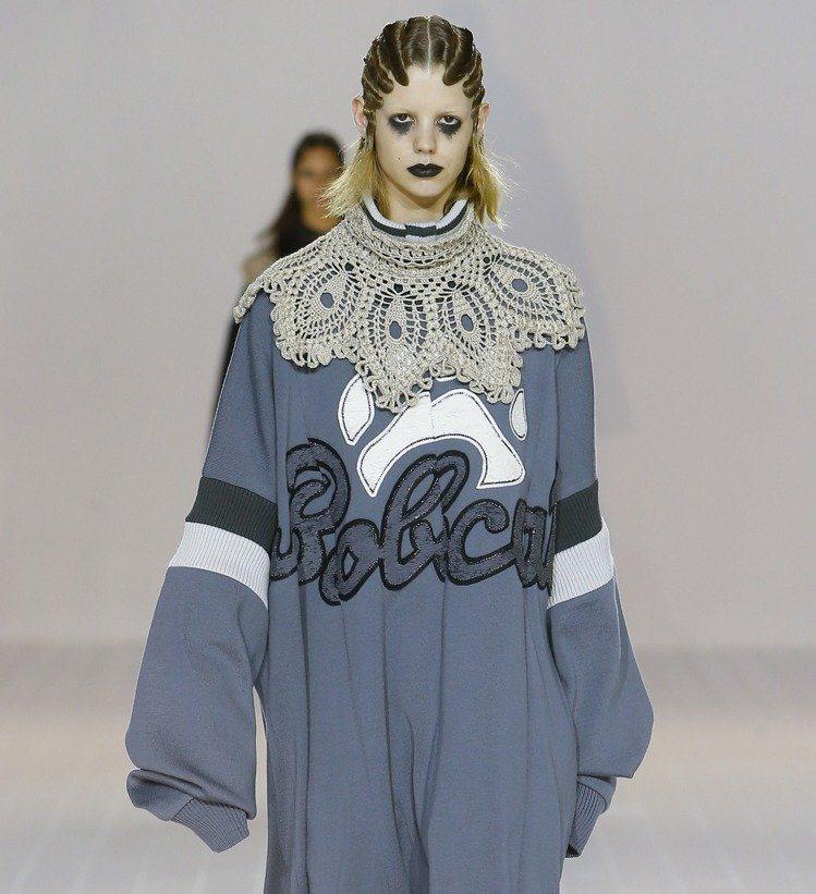 Marc Jacobs 2016秋冬系列的大領片也以另一種形式呈現宛如清代珍珠披...