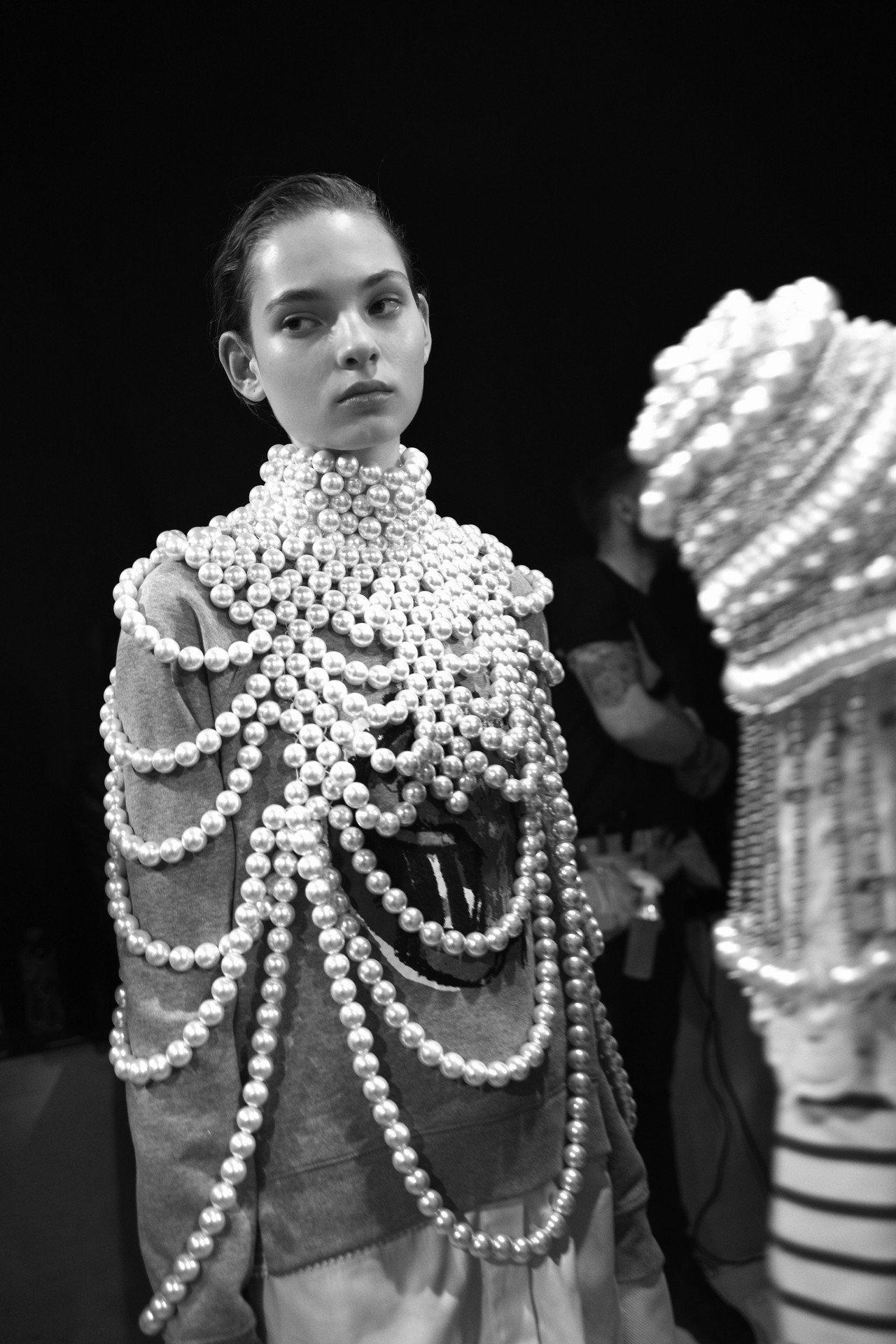 Burberry 2017年二月系列中的限量版訂製珍珠披肩。圖/Burberry...