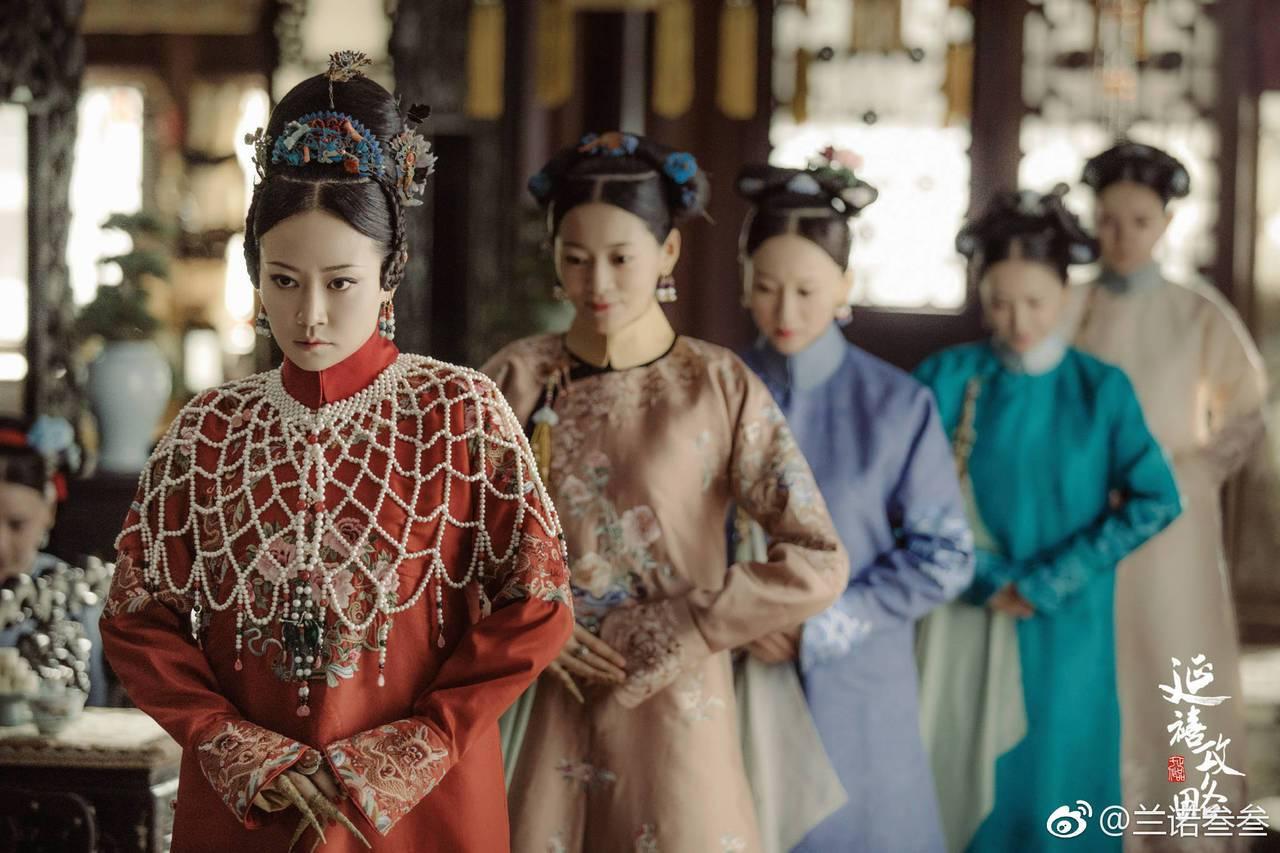 由譚卓飾演的高貴妃,在劇中有件紅衣造型外罩著珍珠披肩,也是複製清朝宮廷穿搭風,慈...