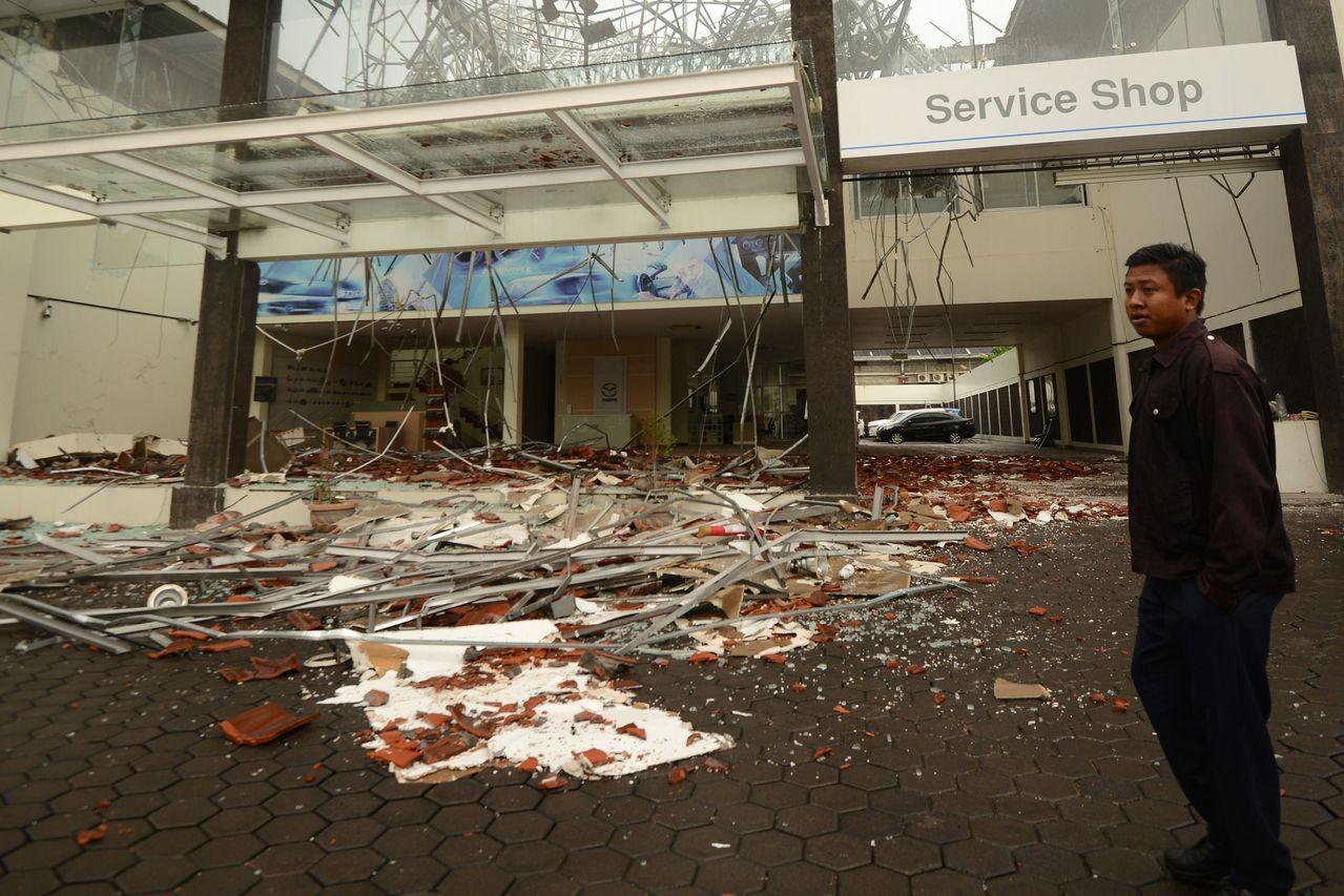 地震震源深度僅10.5公里,鄰近的峇里島首府丹帕沙同樣出現不少災情。法新社