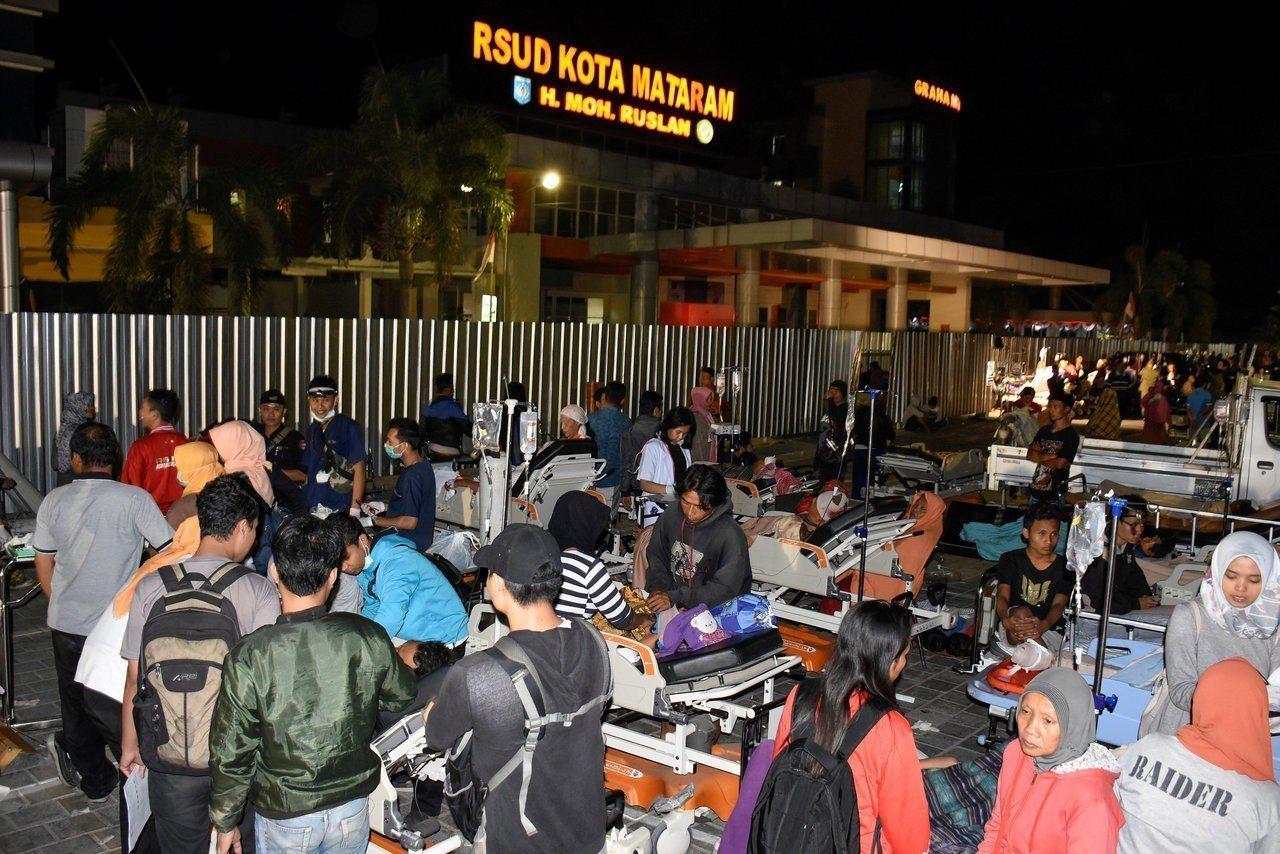印尼龍目島5日晚間發生芮氏規模7強震,當地醫院緊急將病患疏散至戶外空地,以策安全...