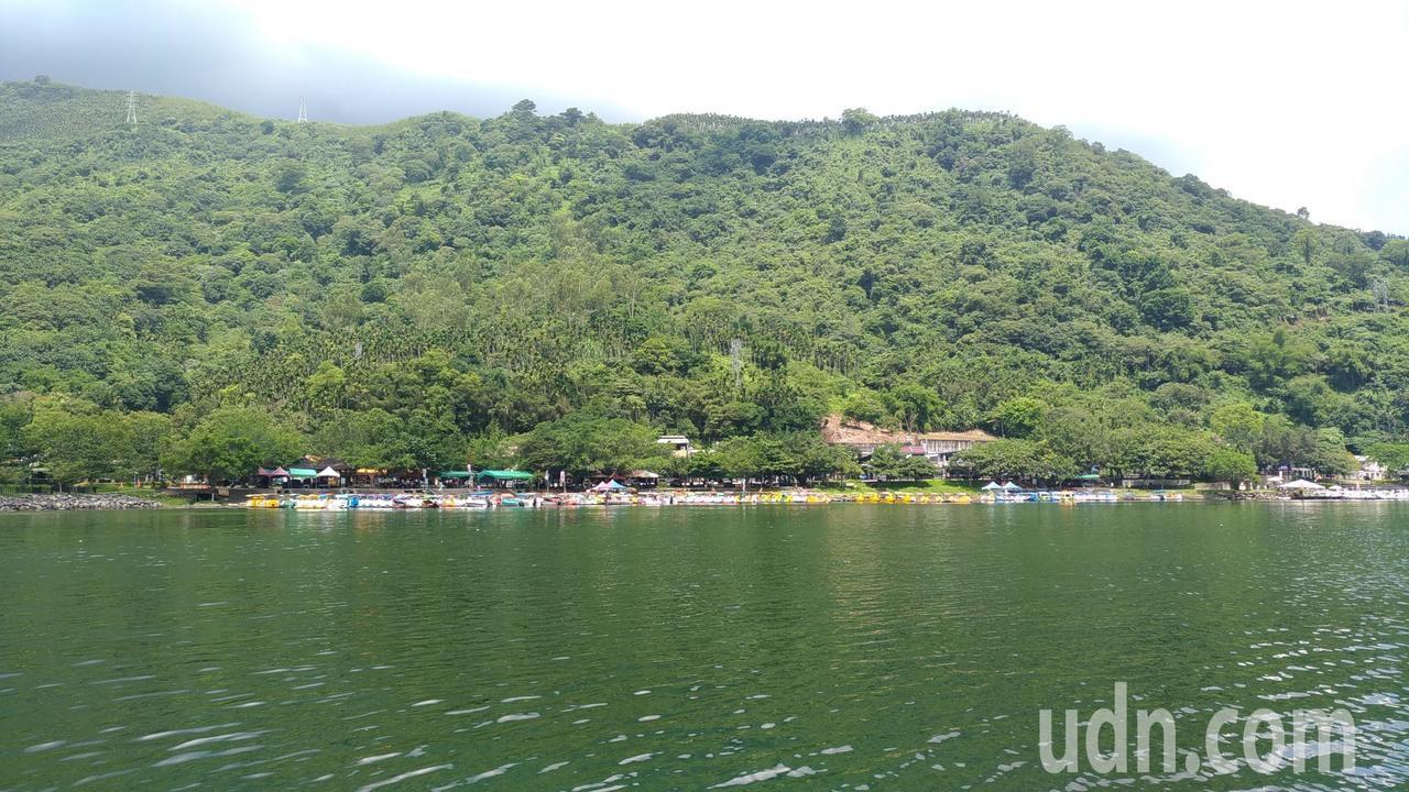 花蓮縣鯉魚潭的景色幽美,圖為水岸休憩碼頭。記者楊德宜/攝影