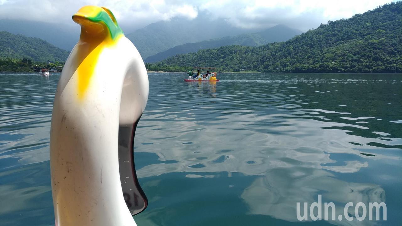 花蓮縣鯉魚潭的景色幽美,圖中為龍舟造型船。記者楊德宜/攝影