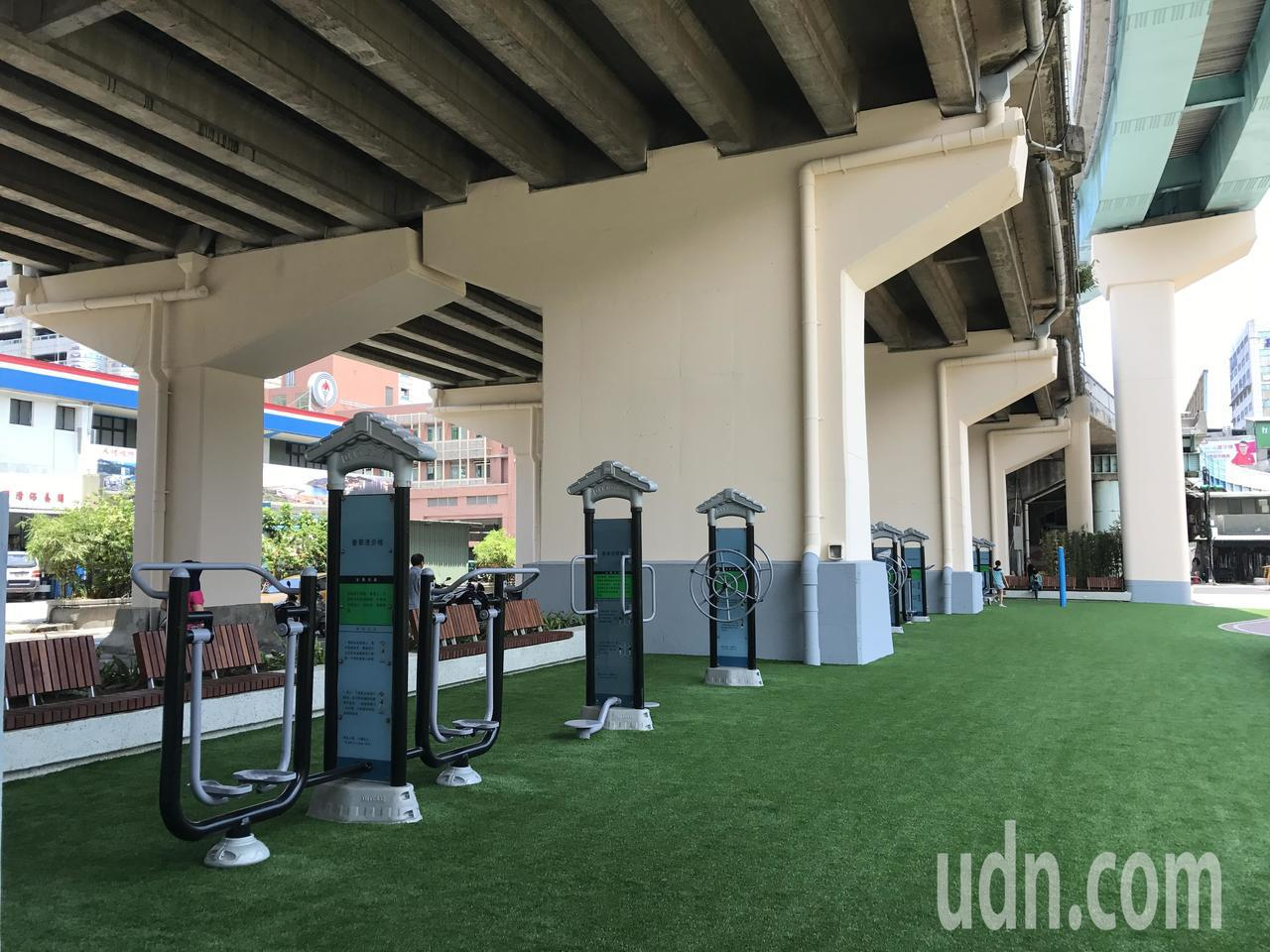 市長林右昌上午主持29號橋下空間啟用儀式,居民歡歡喜喜擁有一個明亮乾淨的活動空間...
