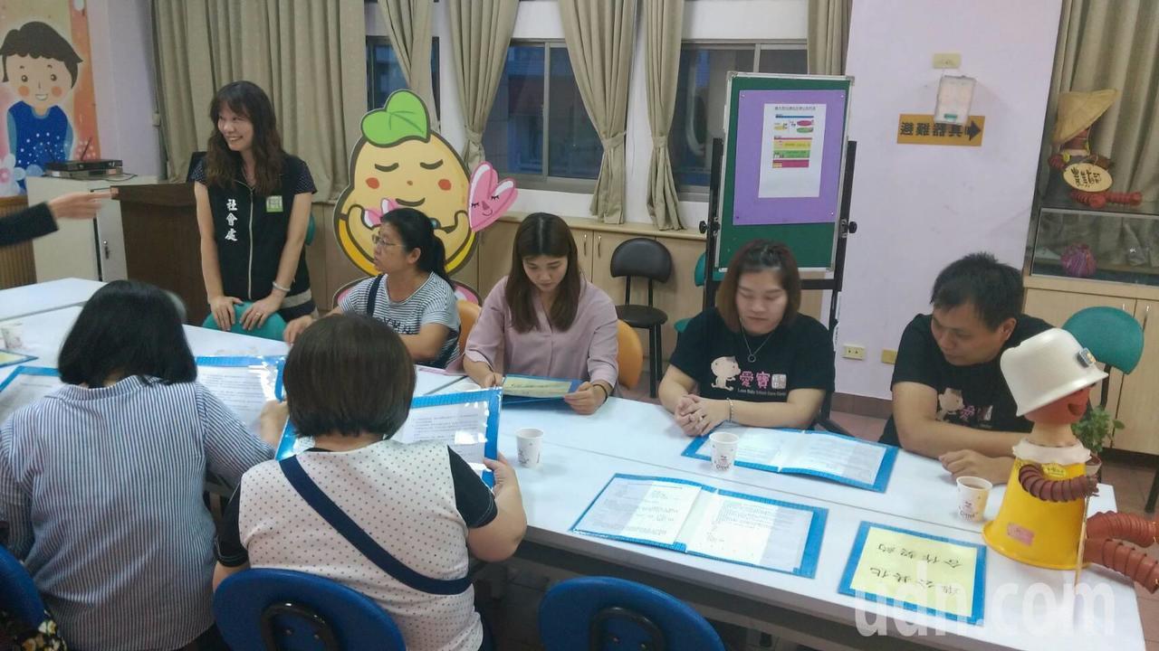 托育新制本月上路,雲林縣已有2家托嬰中心、4位合格保母完成簽約,加入準公共化的服...