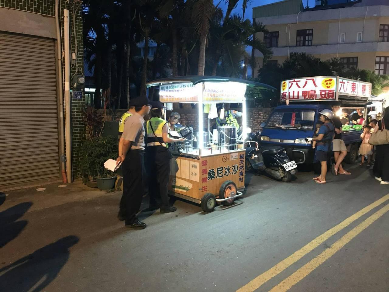 恆春警方昨天在恆春夜市開出81件違規擺攤罰單。記者蔣繼平/翻攝