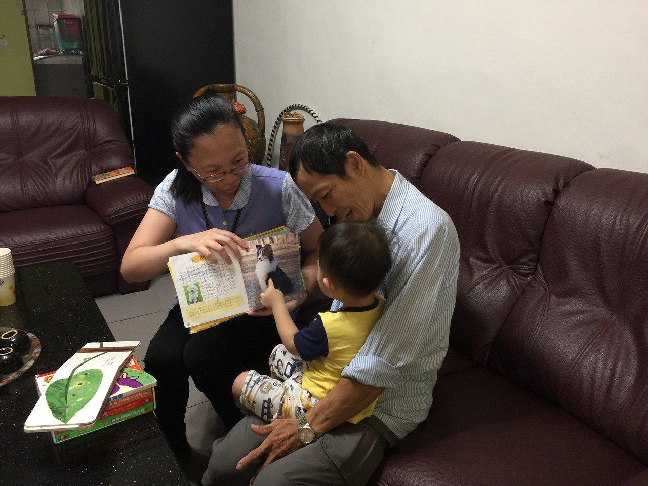 育兒指導員教導家長親子互動說故事。圖/社會處提供