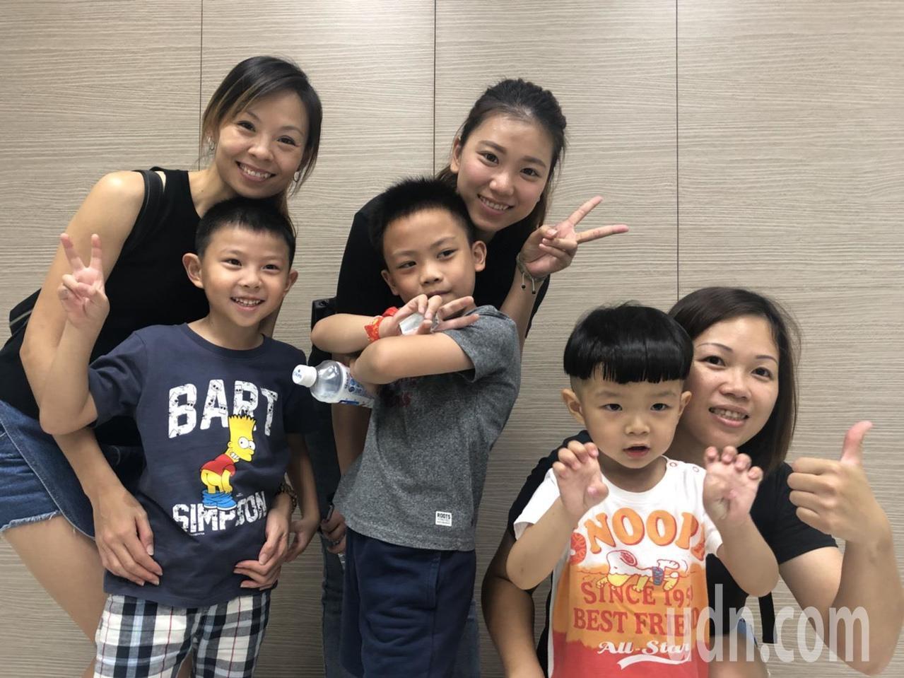 39歲徐姓少婦(右一)是「三寶媽」,她的么子「小興興」目前就讀私立幼兒園小班,月...