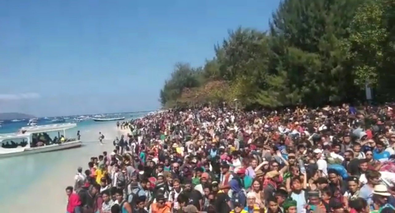 在印尼龍目島發生強震後,吉利三小島的海灘擠滿想撤離的人潮。路透
