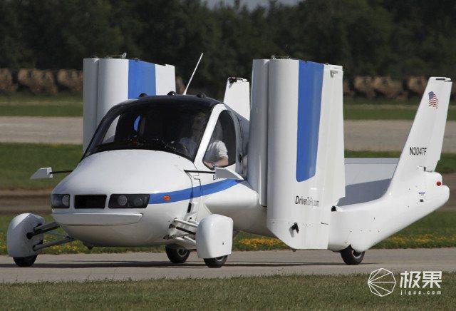 飛行汽車不僅可在小型機場著陸,並駕駛回家,也可以降落在公路上,轉換成駕駛模式,在...