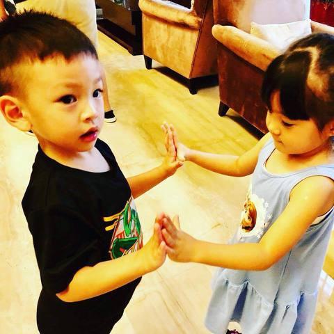 徐若瑄的兒子Dalton與賈靜雯的女兒咘咘因年齡相仿,彼此成為兩小無猜的玩伴,徐若瑄PO出Dalton與咘咘再度相見歡的照片,並說:「現在和咘咘見面,都會多一個小電燈泡。」指的是咘咘的妹妹Bo妞,3...