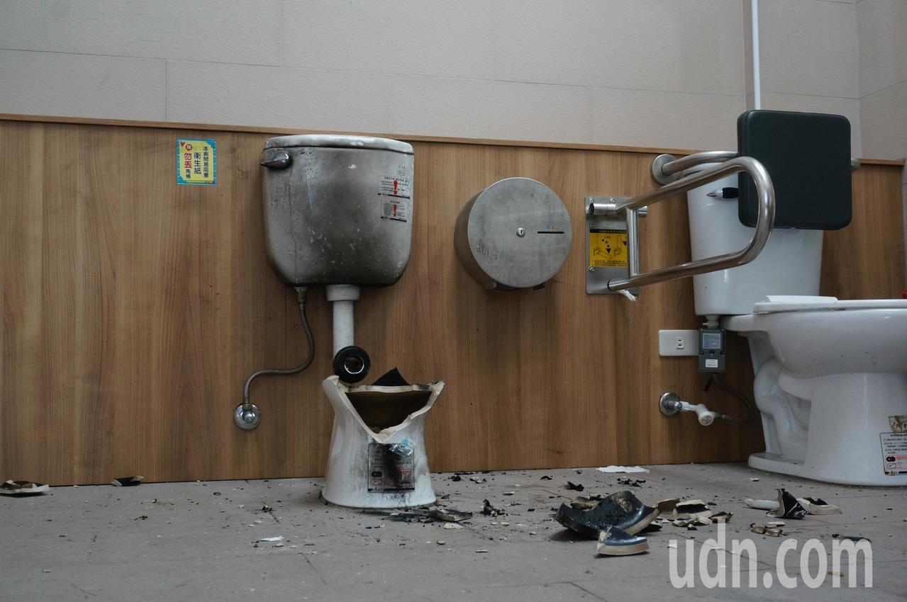 高雄228和平公園內無障礙廁所的馬桶遭炸毀。記者林伯驊/攝影