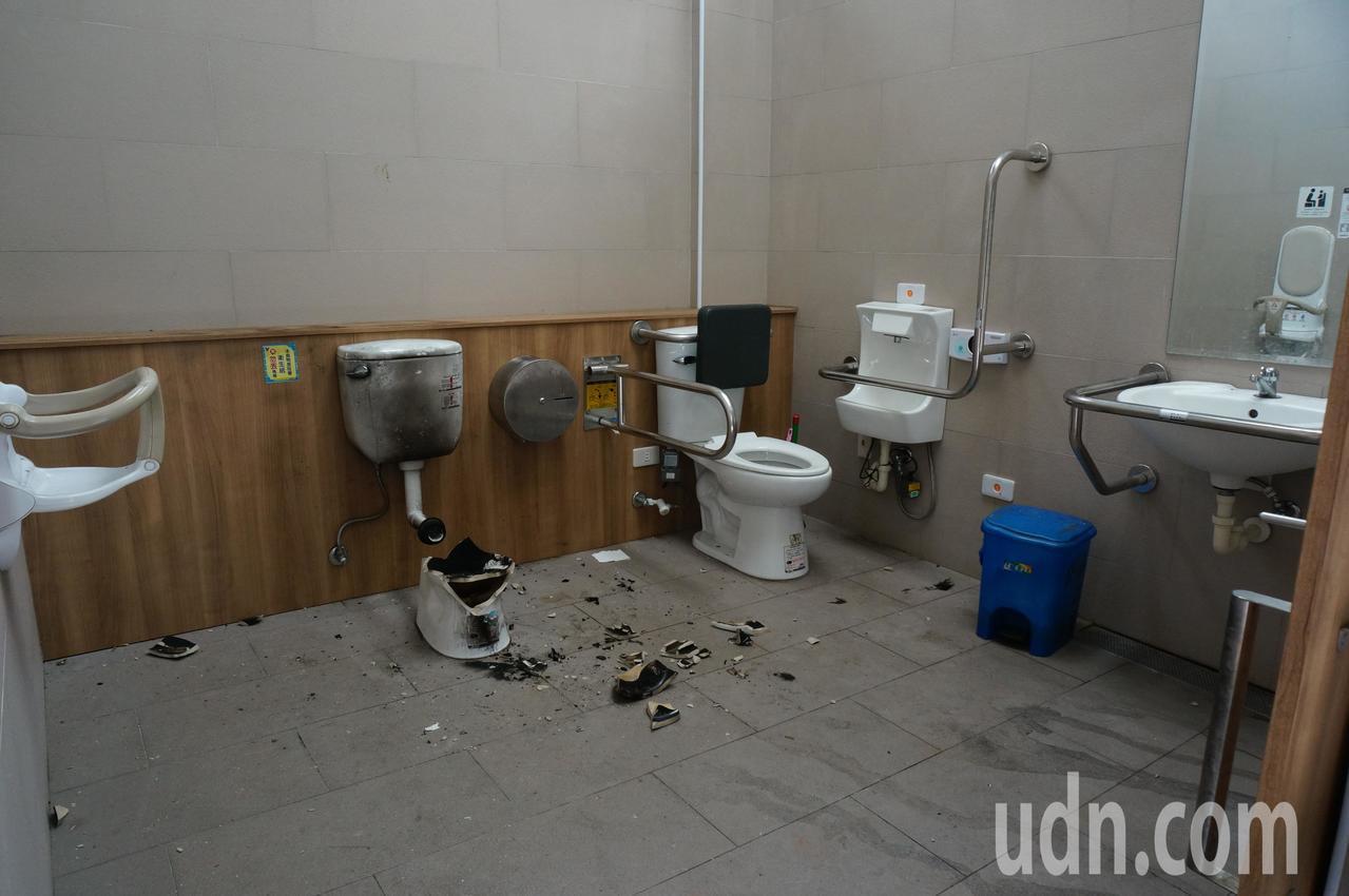 高雄228和平公園的無障礙廁所,今天上午馬桶焦黑爆裂。記者林伯驊/攝影