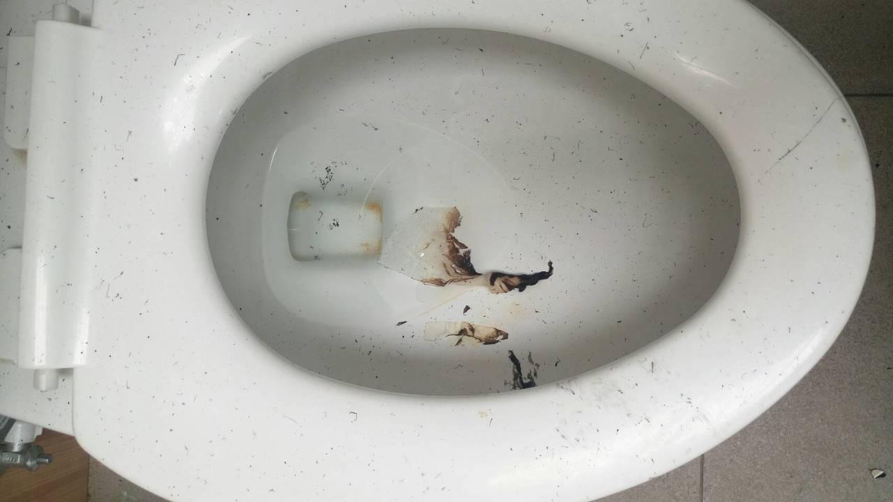 一旁的馬桶內有燒毀的衛生紙。記者林伯驊/翻攝